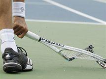 Novak Djokovič ve finále US Open vzteky rozmlátil raketu