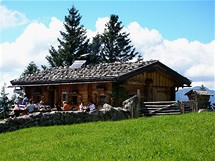 Na horské chatě Oberahornalm na cestě Rossfeld Panoramastrasse ochutnejte sýrové či špekové prkénko