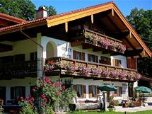 Typický bavorský alpský penzion nabízí útulnou atmosféru a jedinečné výhledy do okolí