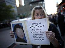 Alyson Low drží fotografii své sestry Sary