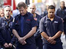 Hasiči skloněním hlavy uctívají památku obětí teroristických útoků