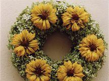 Sušenými žlutavými květy janeby (Heliopsis) můžete hortenziový věnec dozdobit