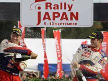 Sébastien Ogier (vpravo) svým navigátorem Julienem Ingrassiou slaví triumf na Japonské rallye.