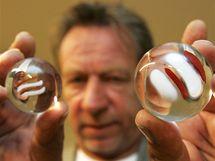 Oldřich Rujbr autor nových hodin na Náměstí Svobody ukazuje skleněné kuličky,které budou vypadávat v určitou hodinu.