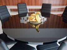 Stůl pro osm lidí nahradil pracovní kout