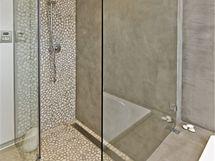 Vedle vany v koupelně nechybí ani velký sprchový kout