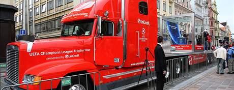 Obří kamion dnes přivezl do Plzně pohár pro vítěze Ligy mistrů (20.9.2010)