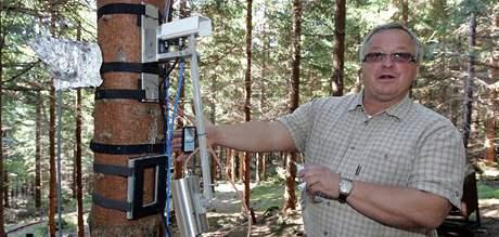 Michal Marek v beskydské výzkumné laboratoři účinku skleníkových plynů na lesní vegetaci