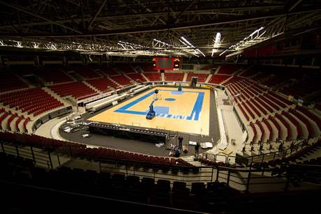 Pokládání palubovky v KV Areně pro basketbalové MS žen - sobota 23.59