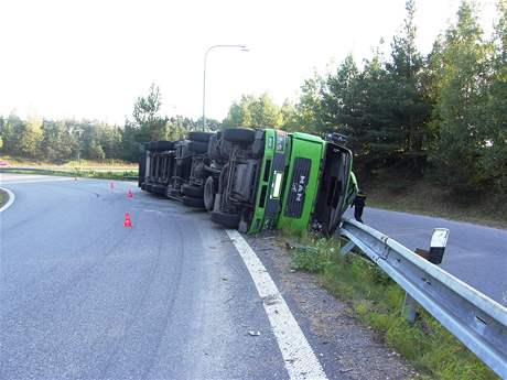 Při sjezdu z dálničního přivaděče ve směru na Jihlavu se ve čtvrtek odpoledne převrátil kamion naložený pilinami. Ilustrační foto