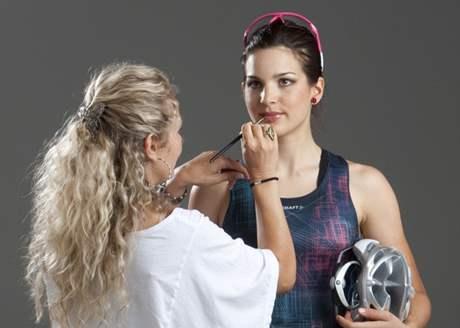 Tereza Huříková se připravuje na focení v ateliéru