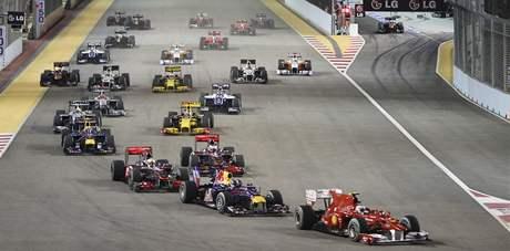 PO STARTU. Fernando Alonso vede startovní pole do první zatáčky ve ve Velké ceně Singapuru
