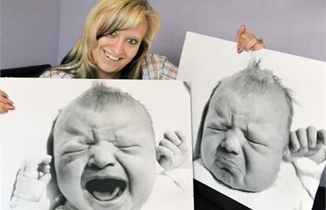 Poslední dítě NDR Sarah Klierová se svými fotografiemi z října 1990.