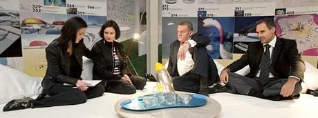 Eliška Kaplicky (druhá zleva) podpořila členy pražské ODS Bohuslava Svobodu, Jana Kalouska před blížícími se volbami. (29. září 2010)