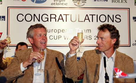 Hvězda týmu Colin Montgomerie (vlevo) a nehrající kapitán Bernhard Langer oslavují zisk Ryder Cupu v roce 2004.