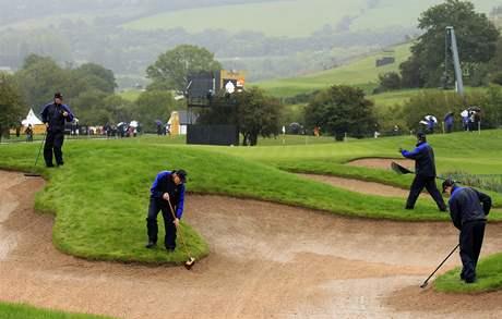 Druhý tréninkový den na Ryder Cup 2010 poznamenal déšť - úprava hřiště Twenty Ten v Celtic Manor.