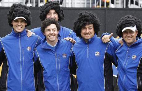 Druhý tréninkový den na Ryder Cup 2010 - Evropané napodobují účes Roryho McIlroye (prostovlasý). Zleva Martin kaymer, Graeme McDowell a Luke Donald. V pozadí McIlroyův caddie John-Paul Fitzgerald.