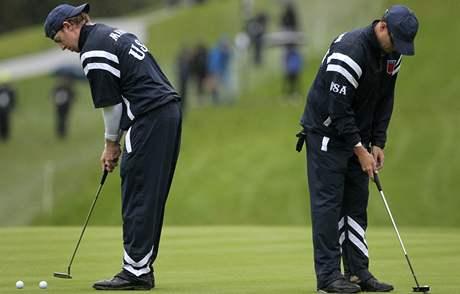 Trénink amerických golfistů na Ryder Cup - Hunter Mahan (vlevo) a Dustin Johnson, předpokládaný partner Phila Mickelsona.