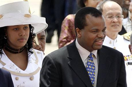 Svazijský král Mswati III. s manželkou Nothando Dubeovou