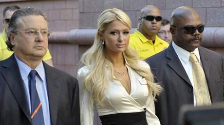 Paris Hiltonová odchází od soudu, kde se přiznala k držení drog