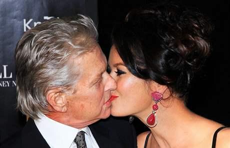 Michael Douglas a jeho manželka Catherine Zeta-Jonesová na premiéře filmu Wall Street: Peníze nikdy nespí