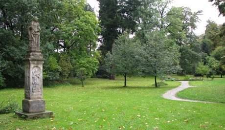 Zámek Hrubý Rohozec je obklopen nevelkým anglickým parkem, ve kterém je možné prohlédnout si sochy světců pocházející z 18. a 19. století.