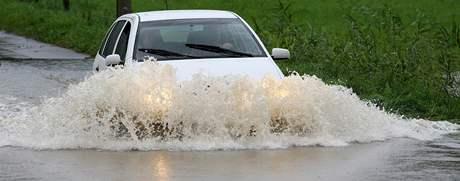 Vydatné deště znovu rozvodnily některé vodní toky. Snímek je z okolí Hrádku nad Nisou.