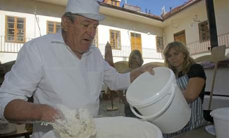 V pondělí slavnostně uvedli do provozu unikátní chlebovou pec v českobudějovickém domě u Beránka. Pekař Augustin Sobotovič učil zadělávat chléb Martinu Matějkovou.