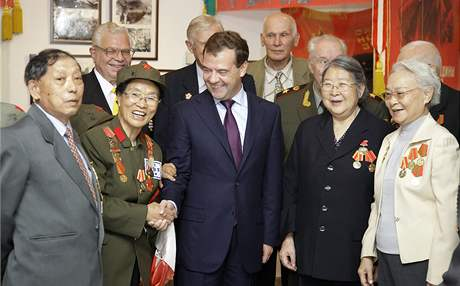 Ruský prezident Dmitrij Medveděv se fotografuje s ruskými veterány (26. září 2010)