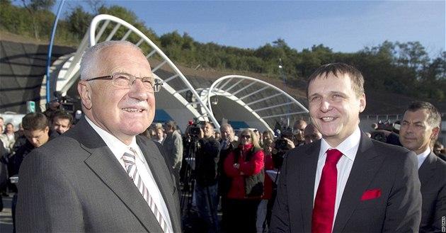 Prezident Václav Klaus a ministr dopravy Vít Bárta slavnostn� otev�eli nový úsek jihozápadní �ásti okruhu kolem Prahy. (20. zá�í 2010)
