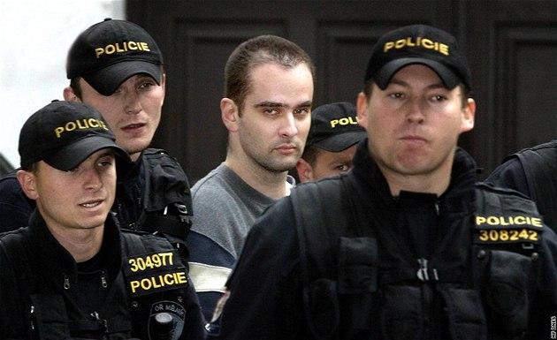 Policejní eskorta p�ivá�í takzvaného lesního vraha Viktora Kalivodu k soudu. (21. �íjna 2005)