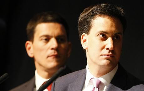 Nový šéf britské opoziční Labouristické strany Ed Miliband (vpravo) a jeho bratr David.