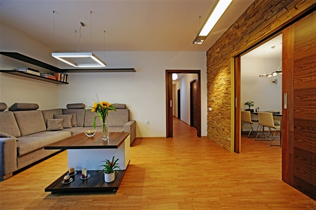 Široké posuvné dveře spojují obývací pokoj s ložnicí