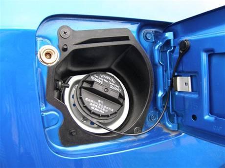 Čerpací hrdla obou nádrží Subaru Impreza