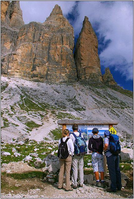 Turisté na přelidněné magistrále pod Tre Cime di Lavaredo