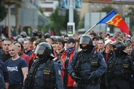 Policisté doprovází fotbalové fanoušky na stadion v pražském Edenu