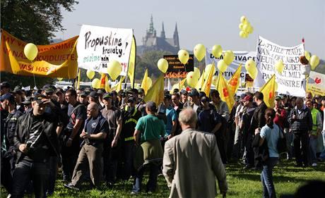 Demonstrace odborářů proti vládním škrtům na pražské Letné. (21. září 2010)