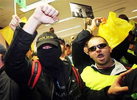 Demonstranti ve vstupní hale ministerstva vnitra v Praze. (21. září 2010)