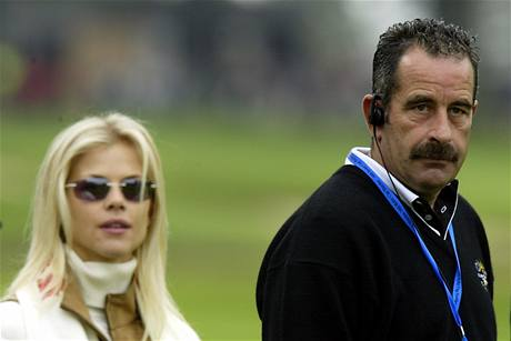 Kapitán vítězného evropského týmu v Ryder Cupu 2002 Sam Torrance, v pozadí Elin Nordegrenová, dnes již ex-manželka Američana Tigera Woodse.
