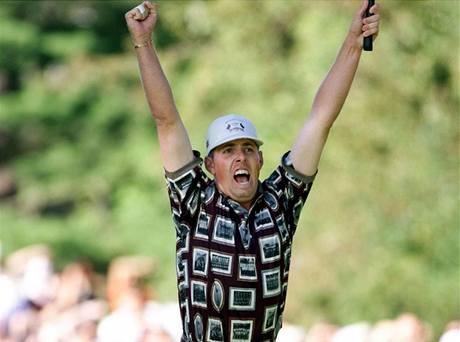 Američan Justin Leonard se raduje z vítězného puttu v Ryder Cupu 1999.