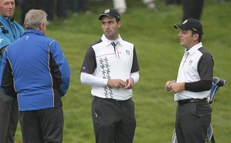 První trénink před Ryder Cupem: kapitán evropského týmu Colin Montgomerie (zády) s bratry Edoardem a Franceskem (vpravo) Molinairovými.