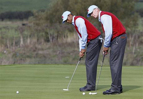 První trénink před Ryder Cupem: američtí hráči Tiger Woods (vlevo) a Steve Stricker.