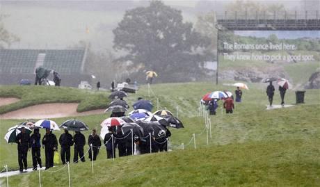 Druhý tréninkový den na Ryder Cup 2010 poznamenal déšť - diváci.
