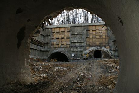 Cholupický tunel - Pohled z ubourané průzkumné štoly na portálovou stěnu