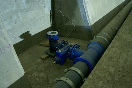 Cholupický tunel -  Potrubí požárního vodovodu s odbočkou k hydrantu