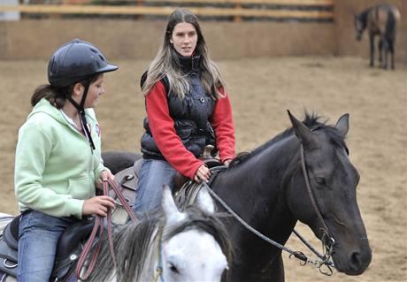 Nevidomá jezdkyně Adéla Šperlíková (vpravo) se věnuje parawesternu a výcviku koní pro potřeby hipoterapie
