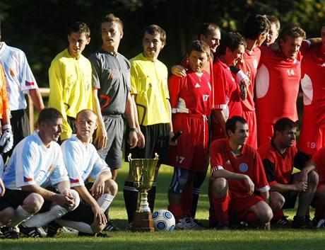 Dostihoví jezdci proti parkurovým hráli fotbal v Chroustovicích na Chrudimsku