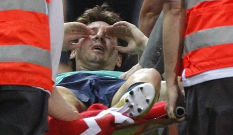 Lionel Messi je odn�en na nos�tk�ch, po z�kroku Tom�e Ujfalu�iho m� poran�n� vazy v kotn�ku.