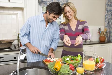 Houby obsahuj� hodn� vody a m�lo kalori�, v kombinaci se sal�tem z�sk�te zdrav� a vyv�en� j�dlo