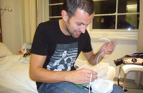 Lukáš Kupec si připevňuje čip na své maratonky
